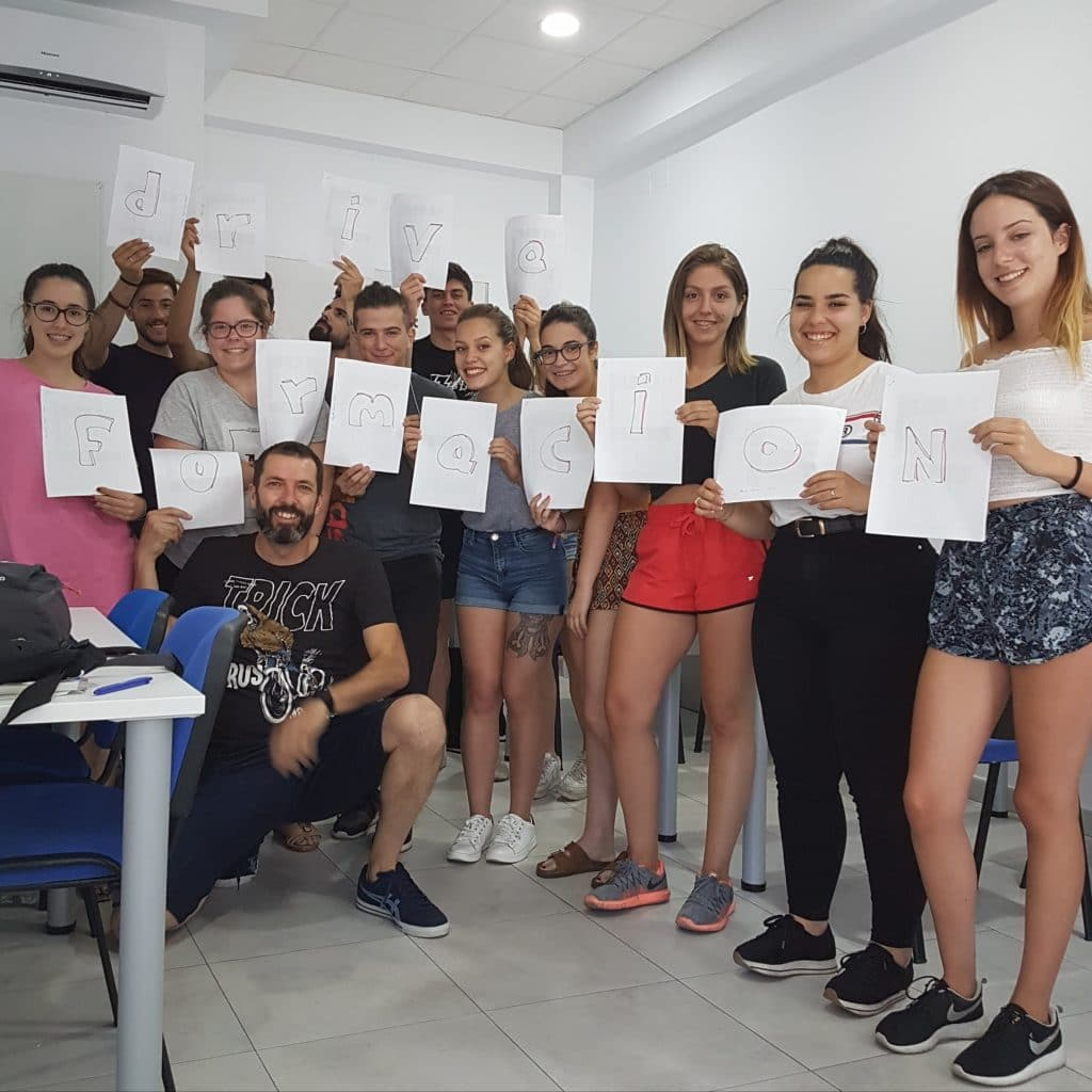 Simulacro de examen teórico de los viernes para alumnos de autoescuela drive formación en Puerto de la Torre